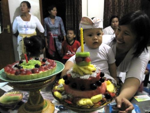 ultah Ryu yang pertama kiri - fruit pie kanan - fruit cake